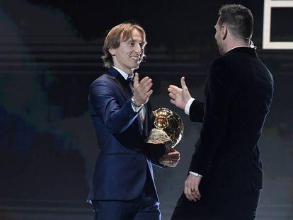 Luka Modric le choca la mano a Messi antes de entregarle el Balón de Oro, el sexto para el argentino.