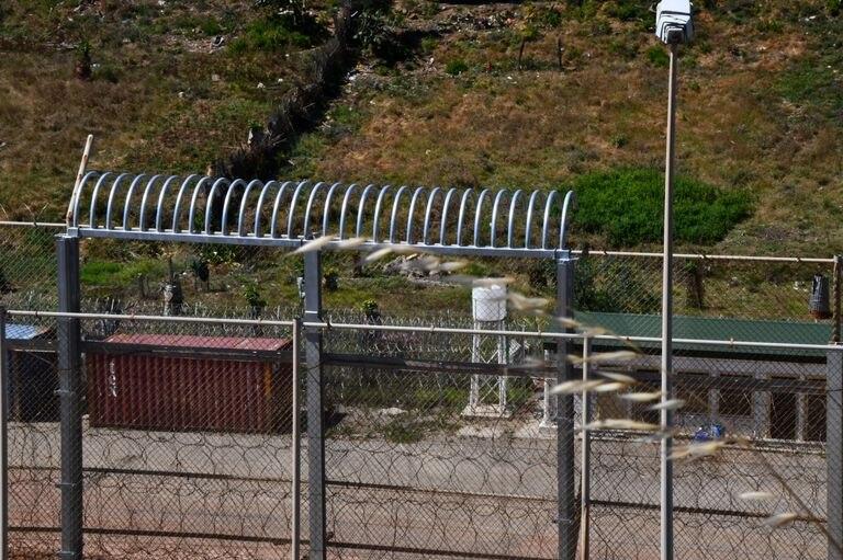 Valla de Ceuta con una corona de barrotes semicirculares que sustituyen a las concertinas.