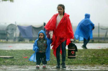 Dos niños esperan en el paso entre Croacia y Eslovenia, este lunes.