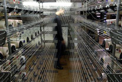 Un empleado supervisa la producción en un taller textil de Varese. La economía italiana  solo ha crecido un 2,43% en la primera década del siglo.