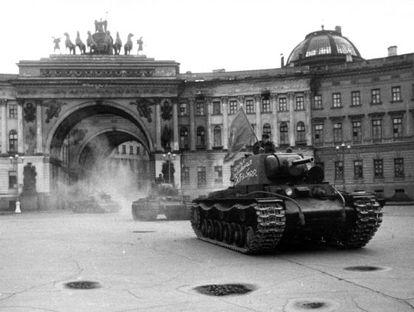 Un tanque KV-1 soviético en la plaza del Palacio de Leningrado durante el asedio de la ciudad durante la II Guerra Mundial.