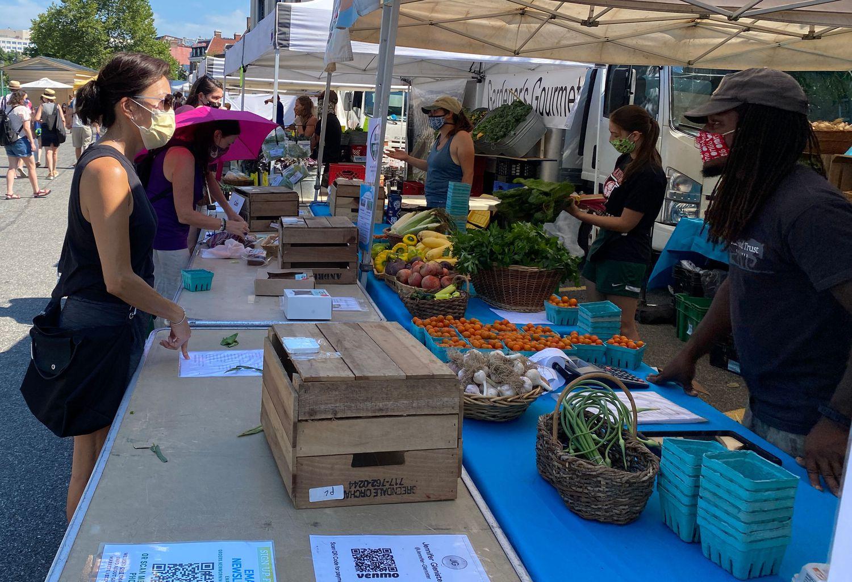 Clientes comprando fruta en el mercadillo de frutas y verduras que se instala los domingos en Dupont People en Washington, DC.