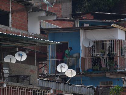 Antenas de DirecTV en el barrio caraqueño de Petare.