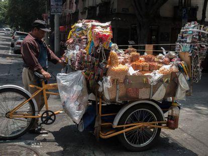 Un hombre vende aperitivos y comida envasada en Ciudad de México.