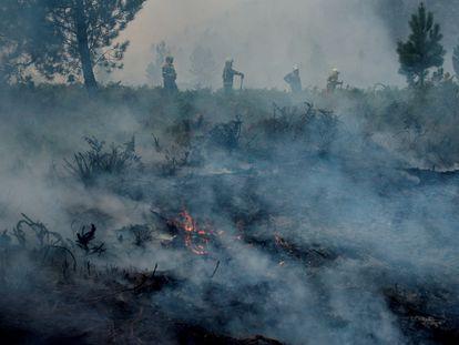 Labores de extinción del fuego en Portugal, en el transfronterizo Parque del Gerês-Xurês, el pasado agosto.