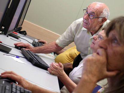 Una clase de informática para mayores en Madrid.