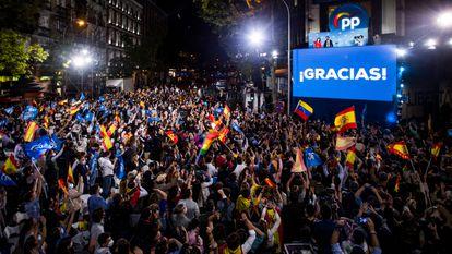 Isabel Díaz Ayuso, presidenta de la Comunidad de Madrid, celebra la victoria del PP, junto al presidente del partido, Pablo Casado, en las elecciones autonómicas del 4 de mayo en Génova.