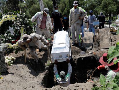 Entierro de una víctima de covid-19 en Ciudad de México, este sábado.