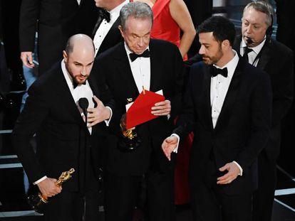 El productor Jordan Horowitz, Warren Beaty y Jimmy Kimmel en el momento en el que anuncian que la verdadera ganadora es 'Moonlight'.