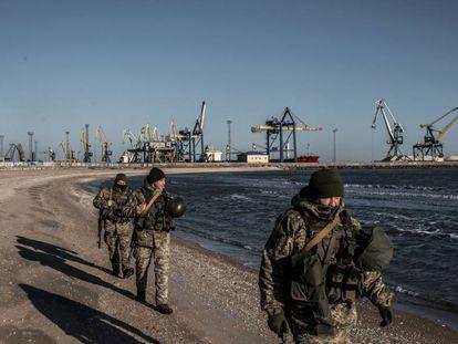 Soldados ucranios patrullan la costa del Mar de Azov, cerca del puerto de Mariúpol, el jueves.