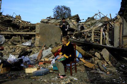 Una mujer frente a los restos de la casa de su hermano en Ganja, la segunda mayor ciudad de Azerbaiyán, alcanzada por un misil este domingo.