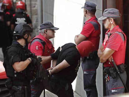 La Policía Foral traslada este viernes a uno de los acusados del crimen de Cáseda al juzgado de Aoiz.