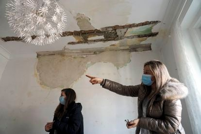 Lola López-Bravo (derecha), en compañía de su vecina Irene Zoller, muestra el salón de su casa arreglado solo en parte tras la explosión