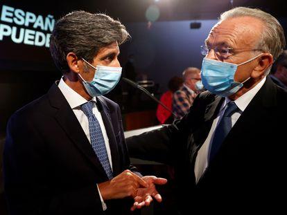 Isidre Fainé conversa con José María Álvarez-Pallete tras la conferencia de Pedro Sánchez ayer en La Casa de América en Madrid.