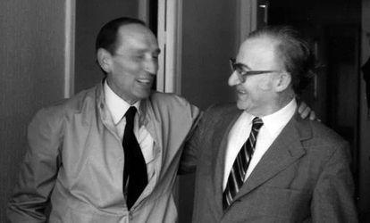 Gonzalo Sobejano (derecha), con Miguel Delibes, en 1981 en Madrid.