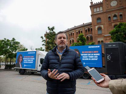 El presidente de Hazte Oír, Ignacio Arsuaga, ante la plaza de las Ventas de Madrid, con los vehículos de su campaña para presionar a Ayuso.