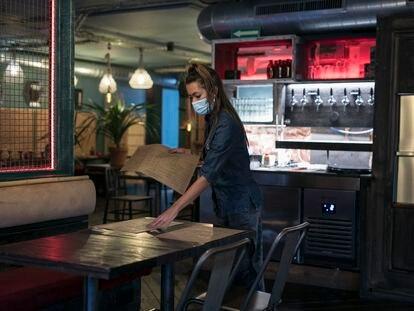Una trabajadora, en un restaurante de Barcelona.