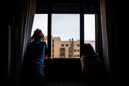 Dos niñas en su casa, durante el confinamiento por la pandemia del coronavirus.