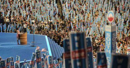 Los asistentes a la Convención demócrata atienden al discurso de Michelle Obama.