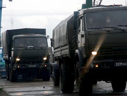 Varios camiones del Ejército transportan a militares y expertos a Eruda, cercana a la mina Olimpiada, en Krasnoyarsk, donde construirán un hospital del campaña contra el coronavirus, este lunes.
