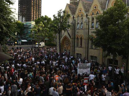 Decenas de manifestantes en Kensington, el barrio en el que estaba el edificio incendiado, este viernes.