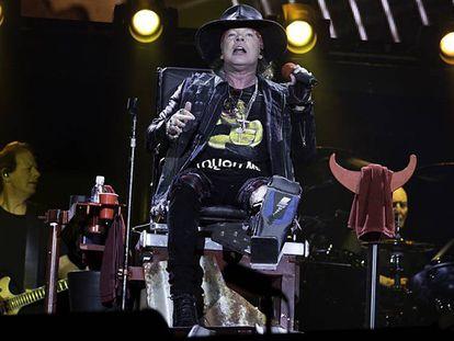 Axl Rose, postrado por una lesión en el pie, durante el concierto en Sevilla.