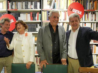Alessandro Baricco, Inge Feltrinelli, Mario Vargas Llosa y Jorge Herrald en la librería La Central.