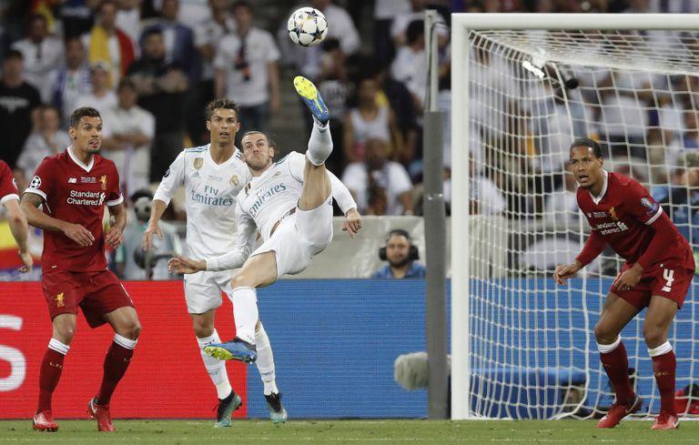Bale anota de chilena el segundo gol de la final de la Champions de 2018 ante el Liverpool.