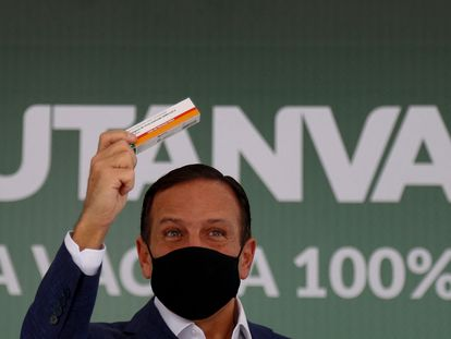 João Doria, gobernador de São Paulo, enseña una caja de la ButanVac, el primer inmunizante contra la covid-19 producido en Brasil.