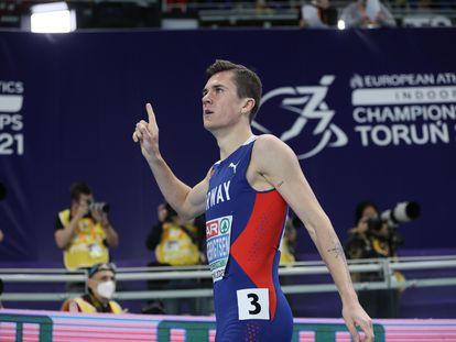 Jakob Ingebrigtsen celebra la victoria en el 1.500 en el Europeo de pista cubierta que se está celebrando en Torun.
