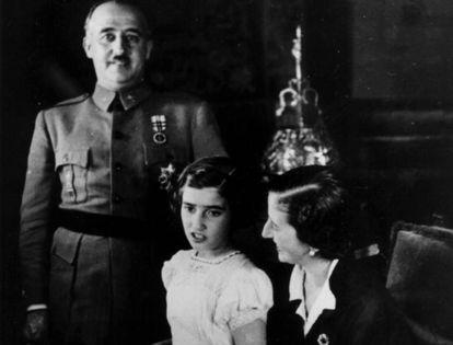 Imagen del dictador Francisco Franco junto a su hija, Carmencita, y su esposa, Carmen Polo.