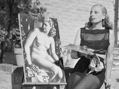 Tamara de Lempicka posa pintando frente a uno de sus cuadros