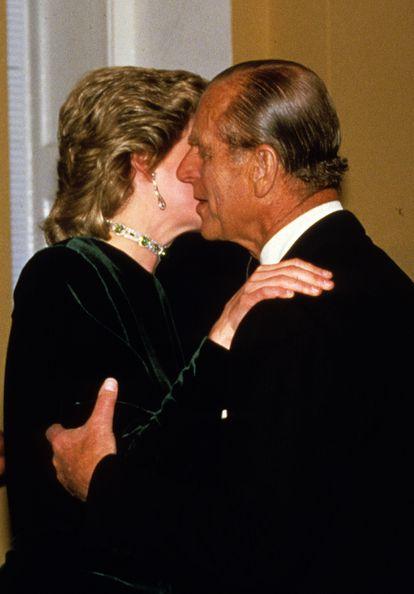 Diana saluda al duque de Edimburgo en un evento en Londres en marzo de 1986.