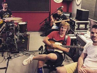 Los cuatro miembros de la banda posan, sonrientes y relajados, en su local de ensayo este viernes.