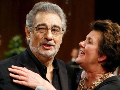La presidenta del Festival de Salzburgo, Helga Rabl-Stadler, junto al tenor Plácido Domingo. En vídeo, nueve mujeres acusan al tenor de acoso sexual.