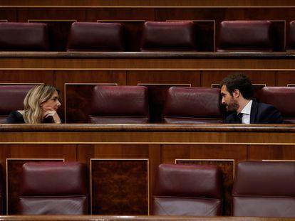 Pablo Casado conversa con Cayetana Álvarez de Toledo en el Congreso el pasado 6 de mayo.