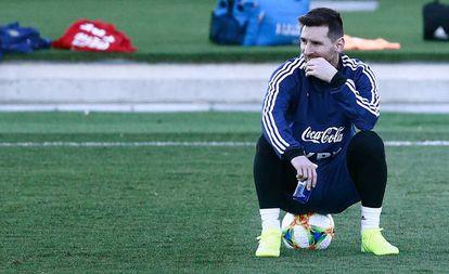 Messi attends durante el entrenamiento de Argentina en Madrid.