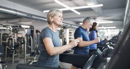Personas mayores hacen ejercicio en un gimnasio.