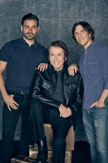 Alberto Ortega, Raphael y Charlie Arnaiz (de izquierda a derecha), artífices de la serie documental 'Raphaelismo'.