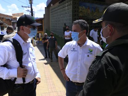 El gobernador de Antioquia Anibal Gaviria, (centro) llega a Betania donde fueron masacrados ocho recolectores de café.