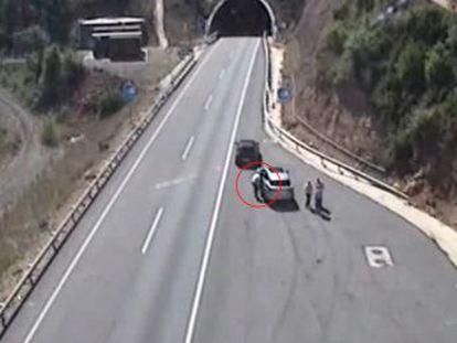 Los dos detenidos hurtaban en vehículos de turistas en la autopista AP-2 y la autovía C-25