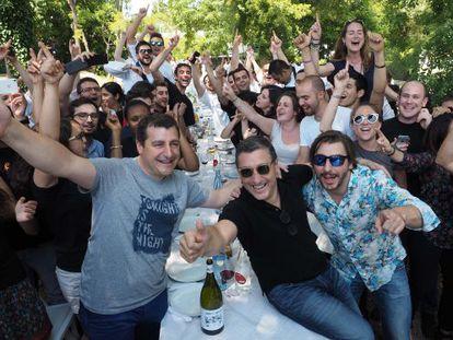 Josep, Joan y Jordi Roca celebran el triunfo a su llegada al restaurante en Girona.
