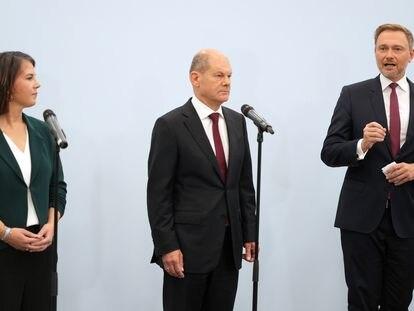 Annalena Baerbock (Los Verdes), Olaf Scholz (SPD) y Christian Lindner (FDP) comparecen ante los medios, este viernes en Berlín.