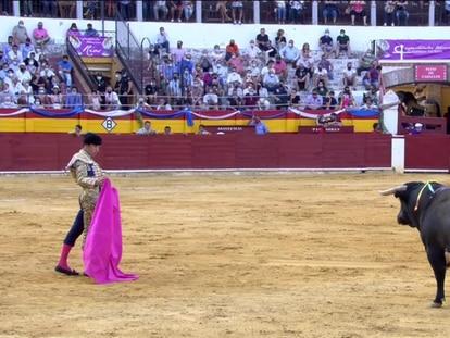 Tomás Campos, con el capote, ante el sexto toro de la tarde.