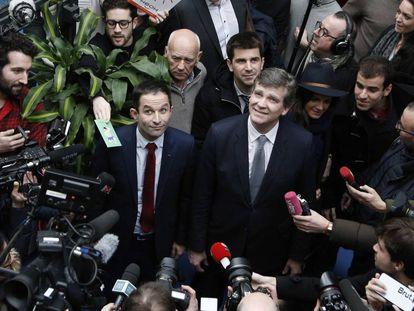 El Exministro de Educación francés y candidato a las primarias socialistas, Benoît Hamon (i) y el Exministro de Economía Arnaud Montebourg este viernes.