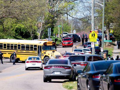La policía se despliega cerca del instituto East Magnet de Knoxville (Tennessee), donde este lunes se ha producido un tiroteo con varias víctimas.