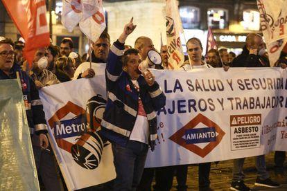Trabajadores de Metro manifestándose en Madrid para denunciar la grave situación de la empresa pública.