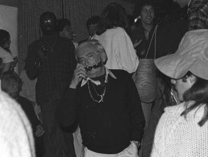 Elmyr de Hory en una fiesta en Ibiza.