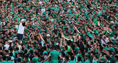 Aficionados del Raja Casablanca, durante un partido en su estadio, el pasado 29 de julio.