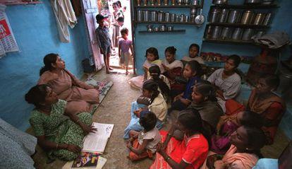 Niñas en una clase en el estado indio de Maharastra.